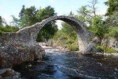 Seitenansicht der Packpferd-Brücke Carrbridge Lizenzfreie Stockfotos