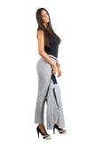 Seitenansicht der sexy jungen Geschäftsfrau, welche die Jacke aufwirft zur Kamera hält Stockbild