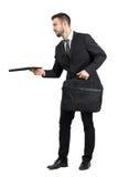 Seitenansicht des Angebotvertrages des Verkäufers, der weg schaut Lizenzfreie Stockfotografie