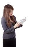 Seitenansicht des asiatischen Geschäftsfraustands, der ein Buch liest Stockfotos