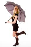 Seitenansicht des bezaubernden vorbildlichen tragenden Regenschirmes Lizenzfreie Stockfotos
