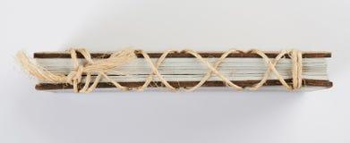 Seitenansicht des Buches mit Seil lizenzfreies stockfoto