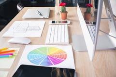 Seitenansicht des Designerdesktops Stockfotografie
