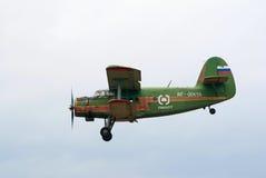 Seitenansicht des Flugzeuges An-2 im Flug Lizenzfreie Stockfotos