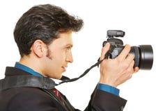 Seitenansicht des Fotografen Fotos machend Lizenzfreies Stockfoto