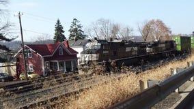 Seitenansicht des Güterzugs stock video