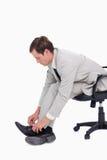 Seitenansicht des Geschäftsmannes seine Schuhe befestigend Lizenzfreie Stockbilder