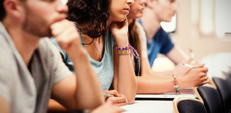 Seitenansicht des hörenden Lektors der Studenten lizenzfreie stockfotografie