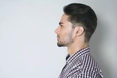 Seitenansicht des hübschen jungen Mannes Stockfotos