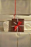 Seitenansicht des Haufens der Geschenkgeschenke eingewickelt in gezeichnetem Packpapier Lizenzfreies Stockfoto