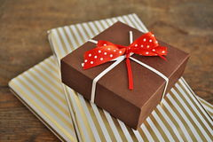 Seitenansicht des Haufens der Geschenkgeschenke eingewickelt in gezeichnetem Packpapier Lizenzfreie Stockfotos