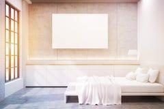 Seitenansicht des Hauptschlafzimmers mit einem Doppelbett, einem Plakat und zwei Lizenzfreies Stockfoto