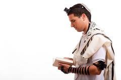 Seitenansicht des jungen jüdischen Mannes mit Buch Stockbild