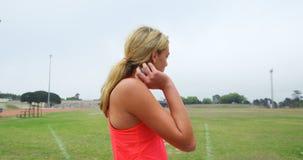 Seitenansicht des jungen kaukasischen weiblichen Athleten, der zum Kugelstoßenwurf 4k fertig wird stock video footage