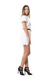 Seitenansicht des jungen Mode-Modells im weißen Kleid der Spitzes, das weg über Schulter schaut Stockfotos