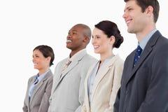 Seitenansicht des lächelnden businessteam zusammen stehend Stockfotos