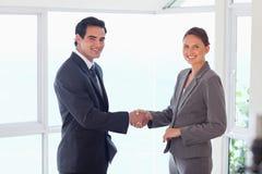 Seitenansicht des lächelnden Handelspartners, der Hände rüttelt Lizenzfreie Stockfotos