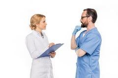 Seitenansicht des Mannes und der Ärztinnen, die Diagnose besprechen lizenzfreies stockfoto