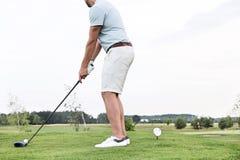 Seitenansicht des niedrigen Abschnitts des Mannes Golf gegen klaren Himmel spielend stockfoto