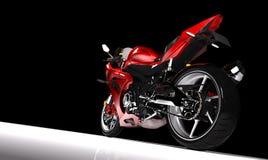 Seitenansicht des Rotes trägt Motorrad in einem Scheinwerfer zur Schau Stockfotografie