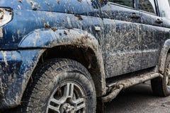 Seitenansicht des schmutzigen Autos Stockbilder