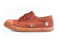 Seitenansicht des schmutzigen benutzten braunen Schuhes auf weißem Hintergrund Stockfotos