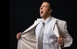 Seitenansicht des schreienden Chefs seinen Mantel anhalten Lizenzfreie Stockbilder