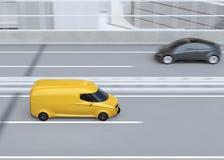 Seitenansicht des selbst-treibenden Lieferwagens, der auf Landstraße fährt Stockfotografie