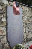 Seitenansicht des Steins zum Gedenken an die 84 tötete amerikanische Kriegsgefangene Lizenzfreies Stockbild