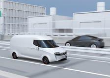 Seitenansicht des weißen selbst-treibenden Lieferwagens, der auf Landstraße fährt Lizenzfreie Stockfotos