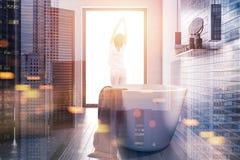 Seitenansicht des weißen und dunklen hölzernen Badezimmers getont Stockfoto