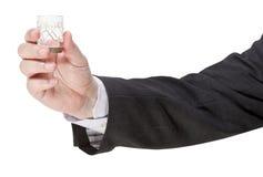 Seitenansicht des Wodkaglases in der männlichen Hand Lizenzfreie Stockbilder