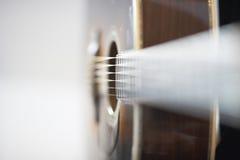 Seitenansicht einer akustischen westlichen Gitarre Stockbilder
