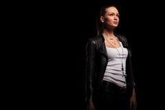 Seitenansicht einer Frau in der ledernen Kleidung, die oben schaut lizenzfreie stockfotos