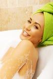 Seitenansicht einer Frau, die im Bad sich entspannt Stockfoto
