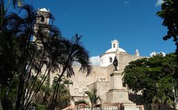 Seitenansicht einer Kirche in Mérida, Mexiko lizenzfreie stockfotos