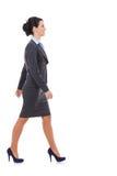 Seitenansicht eines Geschäftsfraugehens Lizenzfreies Stockfoto
