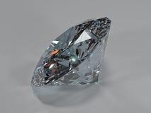 Seitenansicht eines glänzenden Diamanten auf einem grauen Hintergrund Lizenzfreies Stockfoto