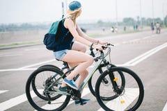 Seitenansicht eines jungen Paares auf Zyklus reiten in Landschaft Stockbild