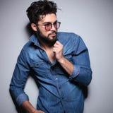Seitenansicht eines Modemannes, der seinen Kragen zieht Lizenzfreie Stockfotos