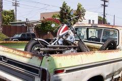 Seitenansicht eines Weinleseoldtimerpackwagens in der Straße lizenzfreie stockfotografie