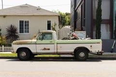 Seitenansicht eines Weinleseoldtimerpackwagens in der Straße lizenzfreie stockbilder