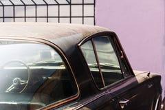 Seitenansicht eines Weinleseoldtimerpackwagens in der Straße stockfotos
