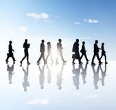 Seitenansicht-Foto von den Geschäftsleuten, die herein draußen gehen Stockbild