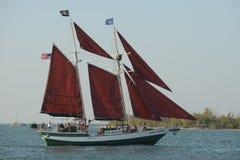 Seitenansicht Segelboot unter Segel Lizenzfreies Stockfoto