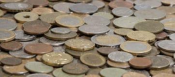 Seitenansicht vieler alten Münzen Stockbilder