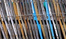 Seitenansicht von alten geschlossenen und gezeichneten Strandstühlen Stockfotos
