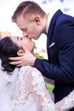 Seitenansicht von den romantischen Hochzeitspaaren, die gegen Himmel küssen stockbilder
