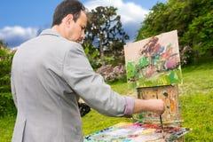 Seitenansicht von ein starker männlicher Künstler während eines Kunstunterrichts Lizenzfreie Stockbilder