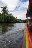 Seitenansicht von einem touristischen langen Boot mit jungen Leuten in Bangkok, Thailand stockbilder